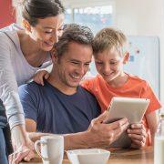 Familie schaut auf ein iPad