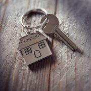 Schlüssel mit Schlüsselanhänger in Hausform