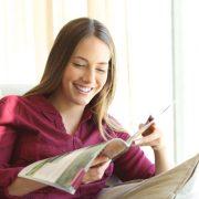 Frau liest Magazin