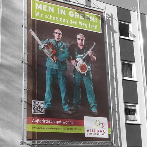 """Aufbaugemeinschaft Espelkamp, Fassadenposter """"Men in Green"""""""