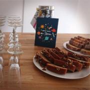 Kuchen, Sekt und Geschenke standen auf dem Flurtisch bereit
