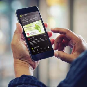 Smartphone, auf dem Instagram-Beitrag zu sehen ist