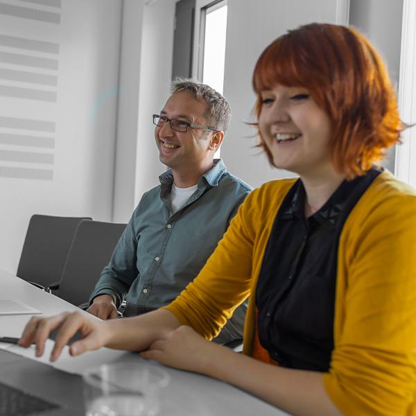 Arbeitssituation zwei Kollegen in einem Workshop