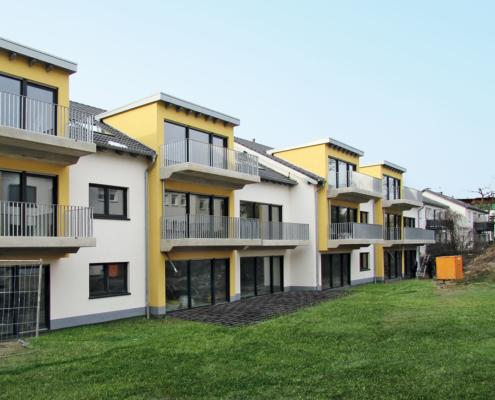 Nachher-Bild: Neubau mit grüner Rasenfläche