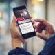 Smartphone mit Instagram-Beitrag