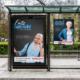 Neues Imagemotiv neben altem an einer Bushaltestelle