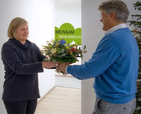 Geschäftsführer Kay P. Stolp überreicht Blumenstrauß