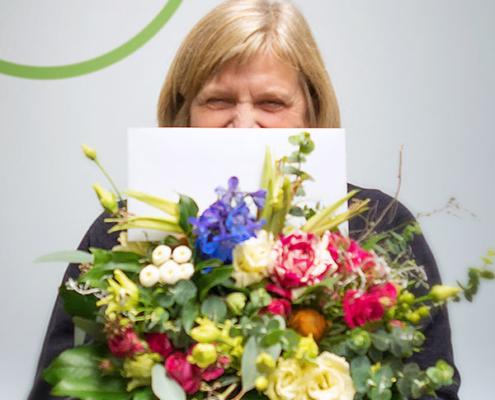 Anita Behrens präsentiert glücklich ihre Geschenke