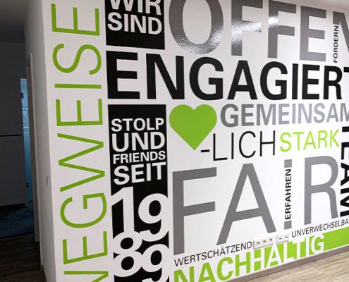 Wortwolke benennt wichitge Eigenschaften: Wir sind stolp+friends seit 1989; Wegweiser, offen, engagiert, gemeinsam, herzlich, stark, fair, erfahren, wertschätzend, unverwechselbar, nachhaltig, fördern