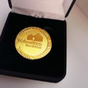 EIne Goldmünze für die Jubilare